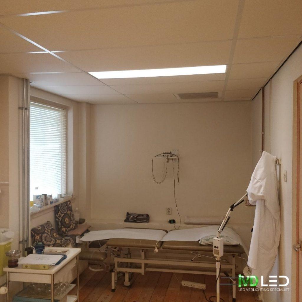 Acupunctuur praktijk met behandeltafel. De ruimte wordt verlicht door een dimbare LED panelen van 120x30 cm