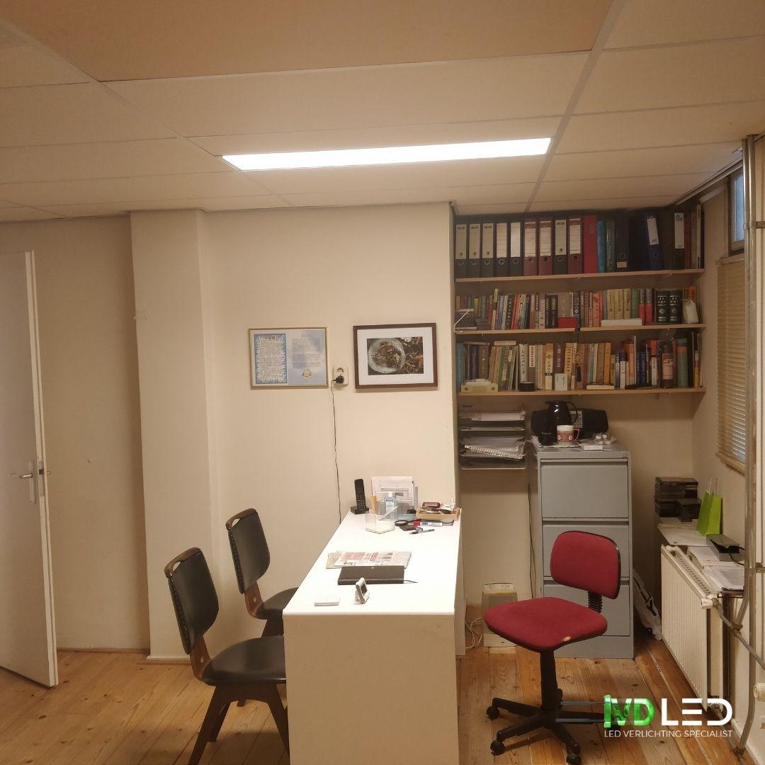 Acupunctuur praktijk met bureau en stoelen. De ruimte wordt verlicht door een dimbare LED panelen van 120x30 cm
