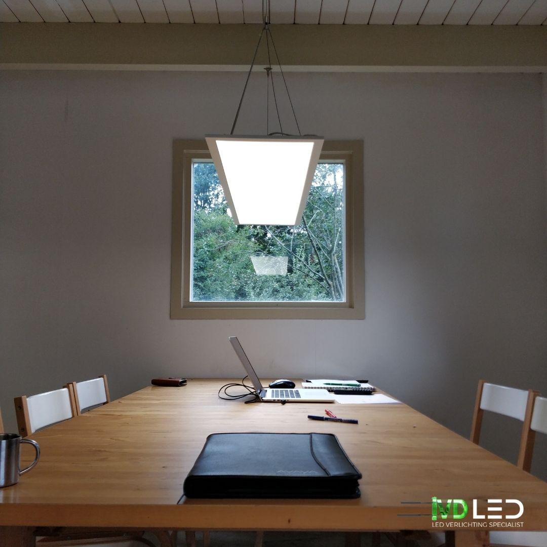 Vergadertafel verlicht met LED paneel. Het LED paneel 120x30 is gependeld boven de tafel opgehangen.