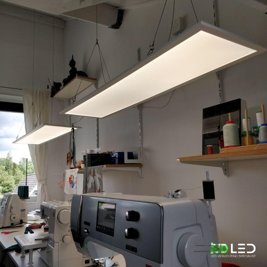 LED panelen gependeld boven de werkplek. Goed licht bij de naaimachines. De LED panelen zijn 120x30 cm en dimbaar met kleurtemperatuur 4000 Kevin