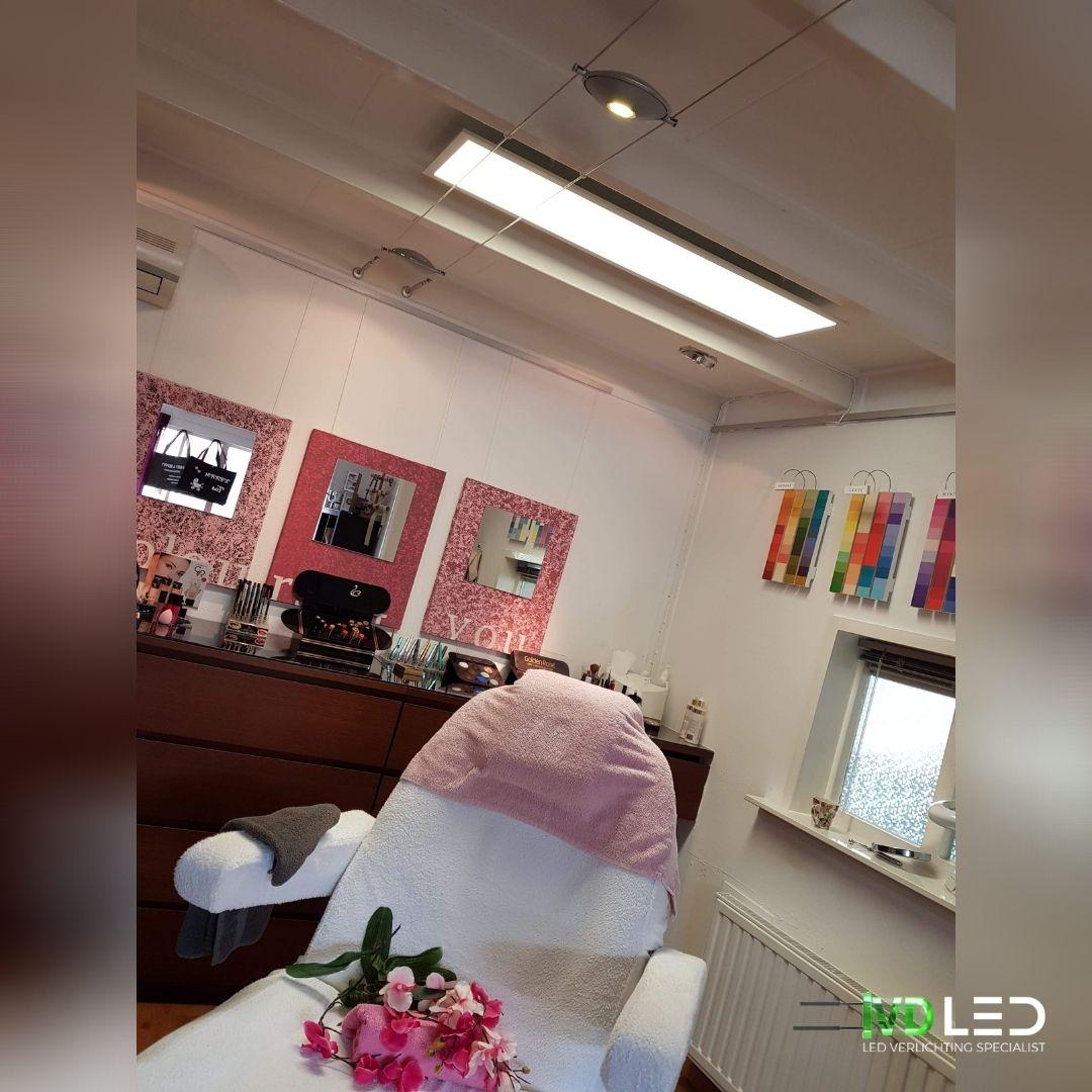 Beauty Lounge is de behandelstoel verlicht met een LED paneel van 120x30cm