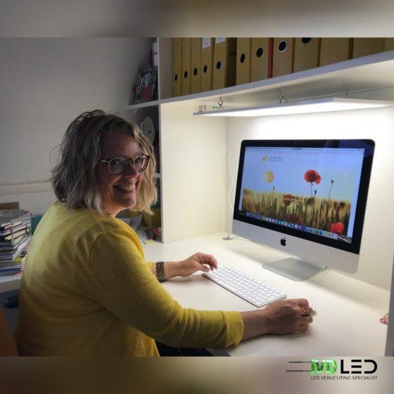Werkplek verlicht met LED paneel, Deze dame is blij dat ze nu goed te zien is tijdens de online meetings.