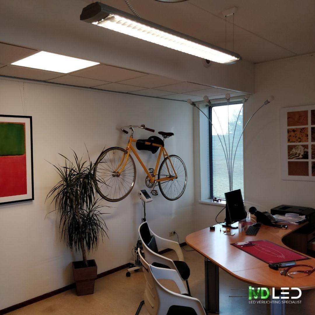 Dokterskamer met LED verlichting. Hier is gebruik gemaakt van een LED paneel van 60x60 en LED buis in bestaande armatuur