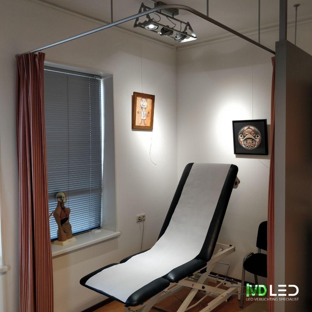 Onderzoekstafel in dokterskamer met LED verlichting. Oude halogeen lampen zijn vervangen door LED spots
