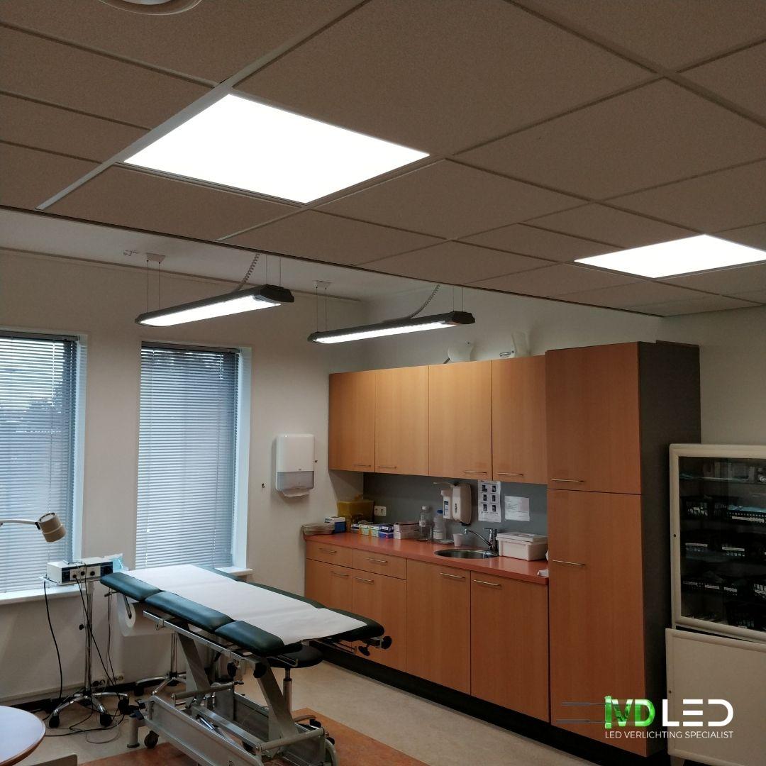 Behandelkamer met behandeltafel en de ruimte is verlicht met LED. LED panelen van 60x60 met kleurtemperatuur 4000K