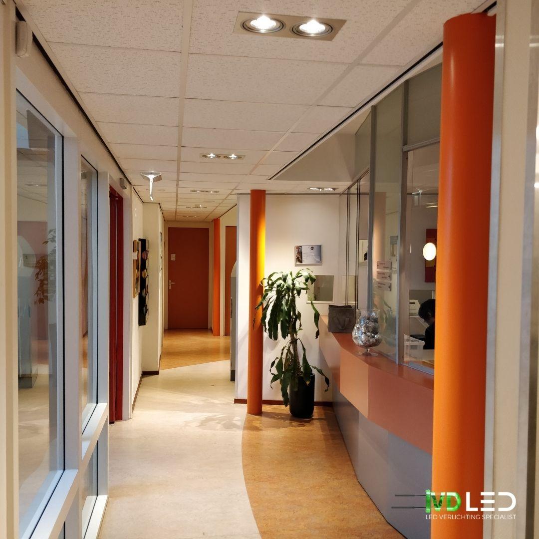Entree en de balie verlichting met LED. De oude halogeen lampen vervangen door LED spots