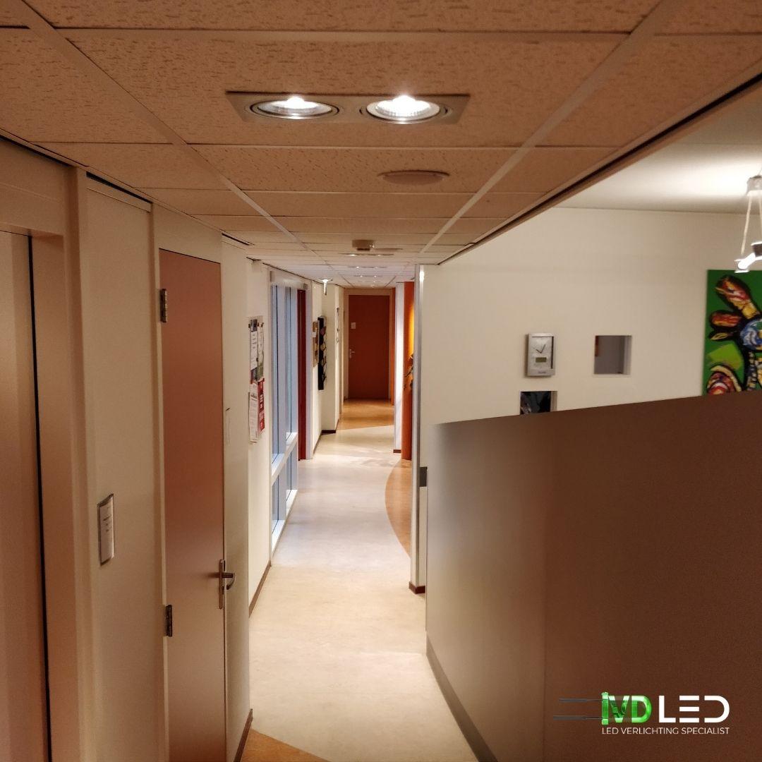 Gang van balie naar de wachtkamer verlichting met LED. De oude halogeen lampen vervangen door LED spots