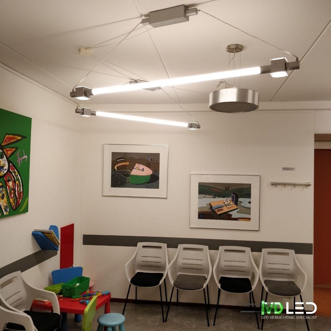 Wachtkamer met LED verlichting. In de bestaande lampen zijn nieuwe LED buizen geplaatst