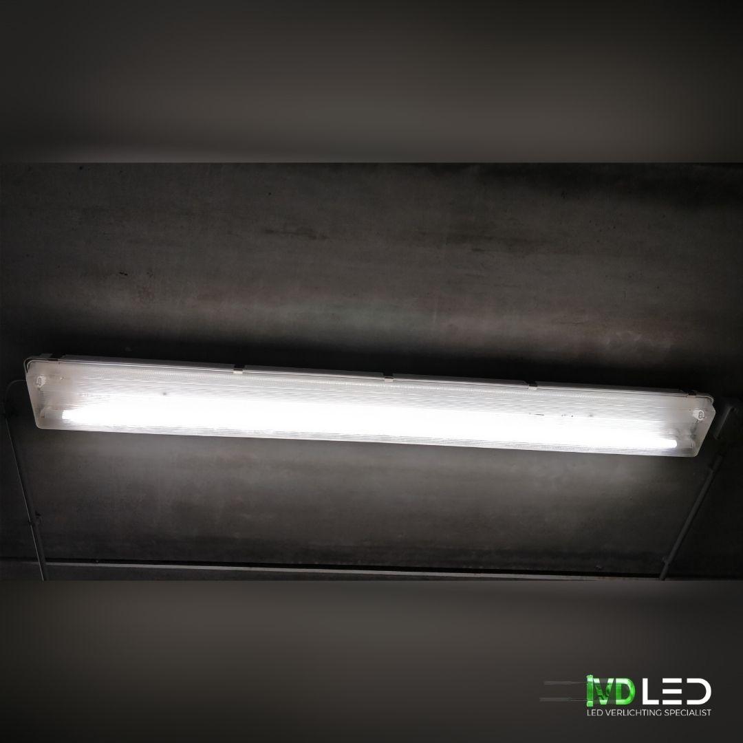 LED buizen geplaatst in bestaande armaturen. Een LED buis vervangt 2 oude TL buizen om het magazijn goed te verlichten