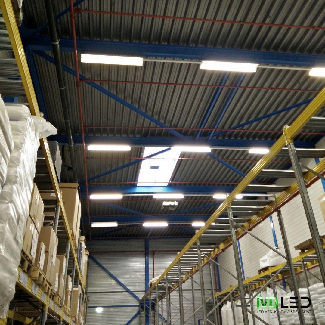 Magazijn met stellingen en voor de verlichting zijn LED Buizen gebruikt in de bestaande armaturen