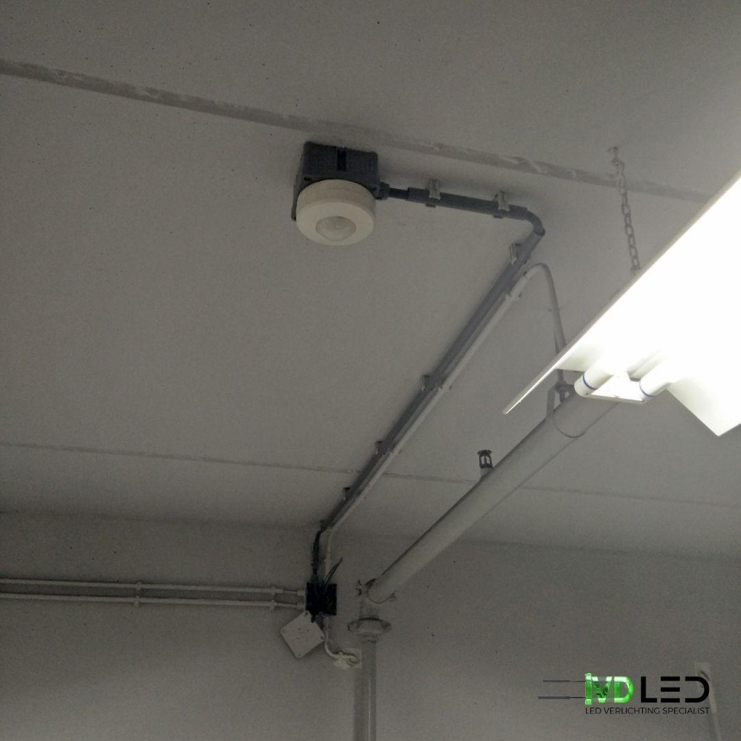 LED verlichting wordt geschakeld door de bewegingsmelder op het plafond