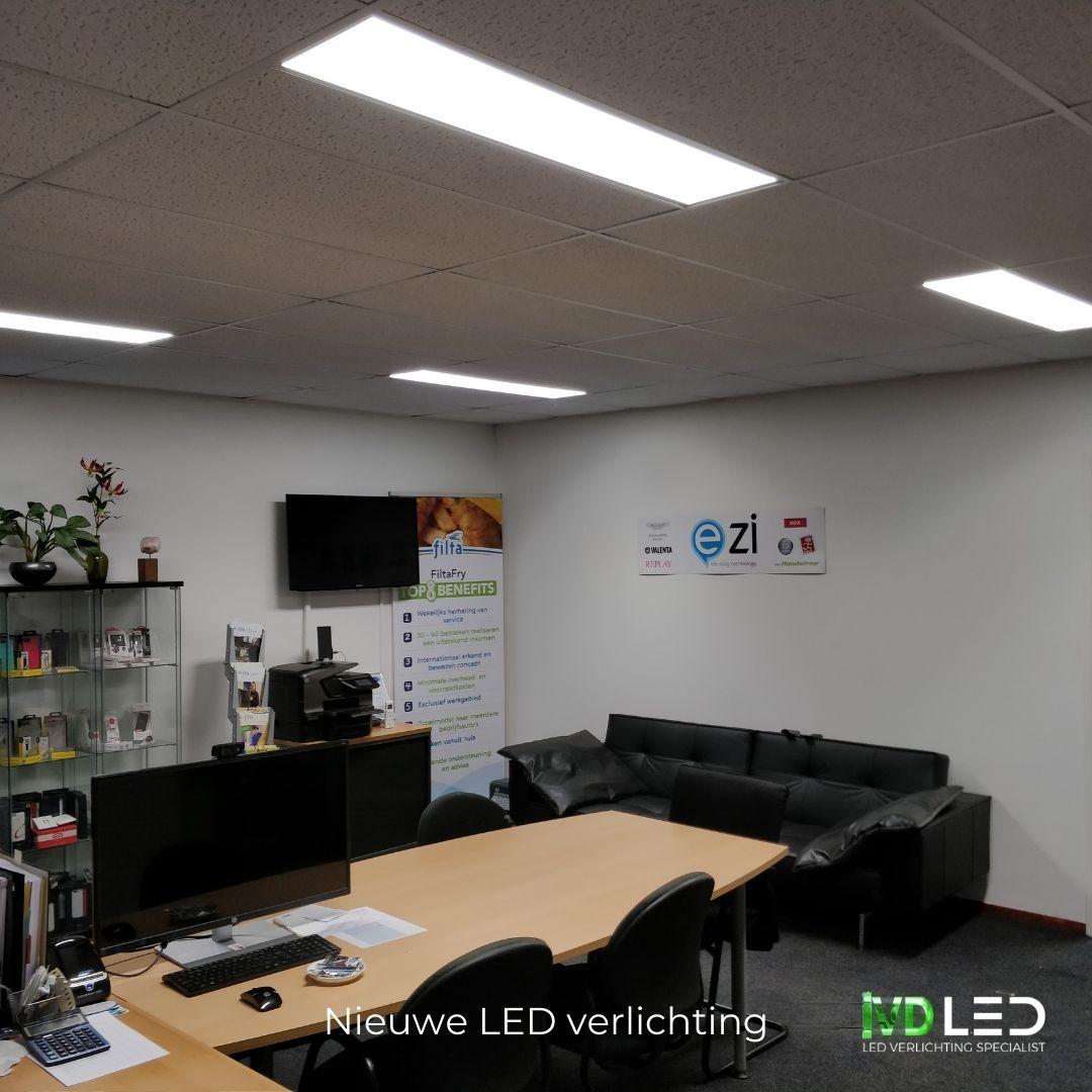 Kantoorruimte waar de oude TL lampen zijn vervangen door nieuwe LED panelen van 120x30