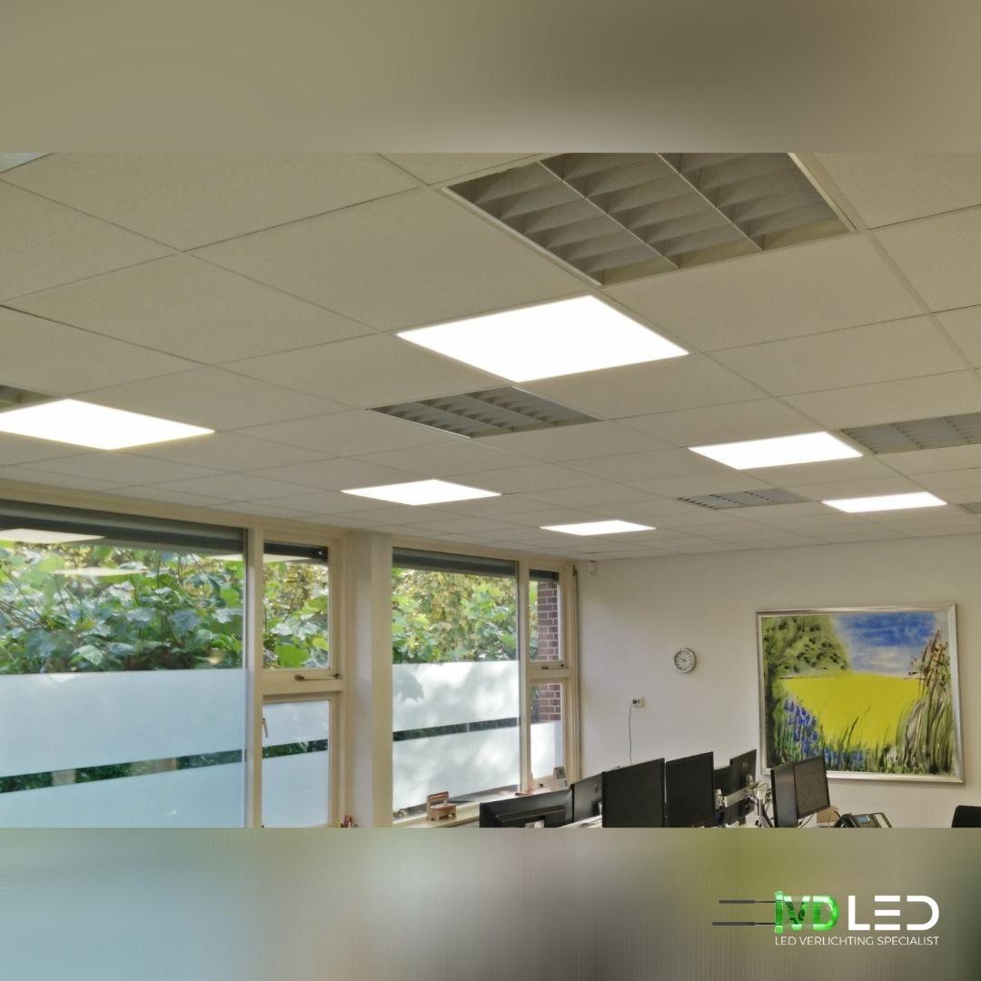Kantoorruimte waar de oude TL lampen zijn vervangen door LED panelen van 60x60