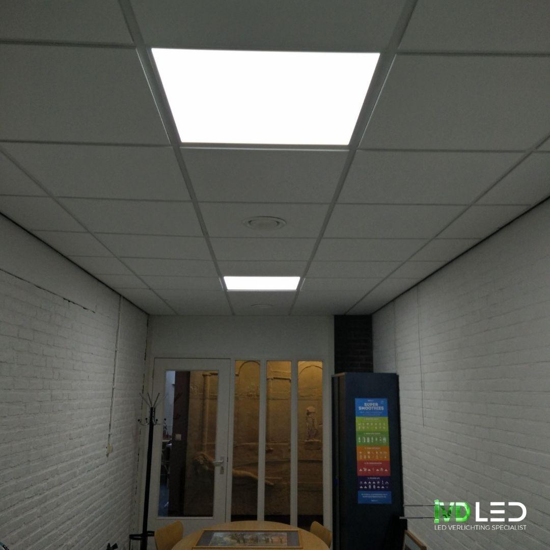 Ruimte is verlicht met een tweetal LED panelen van 60x60cm