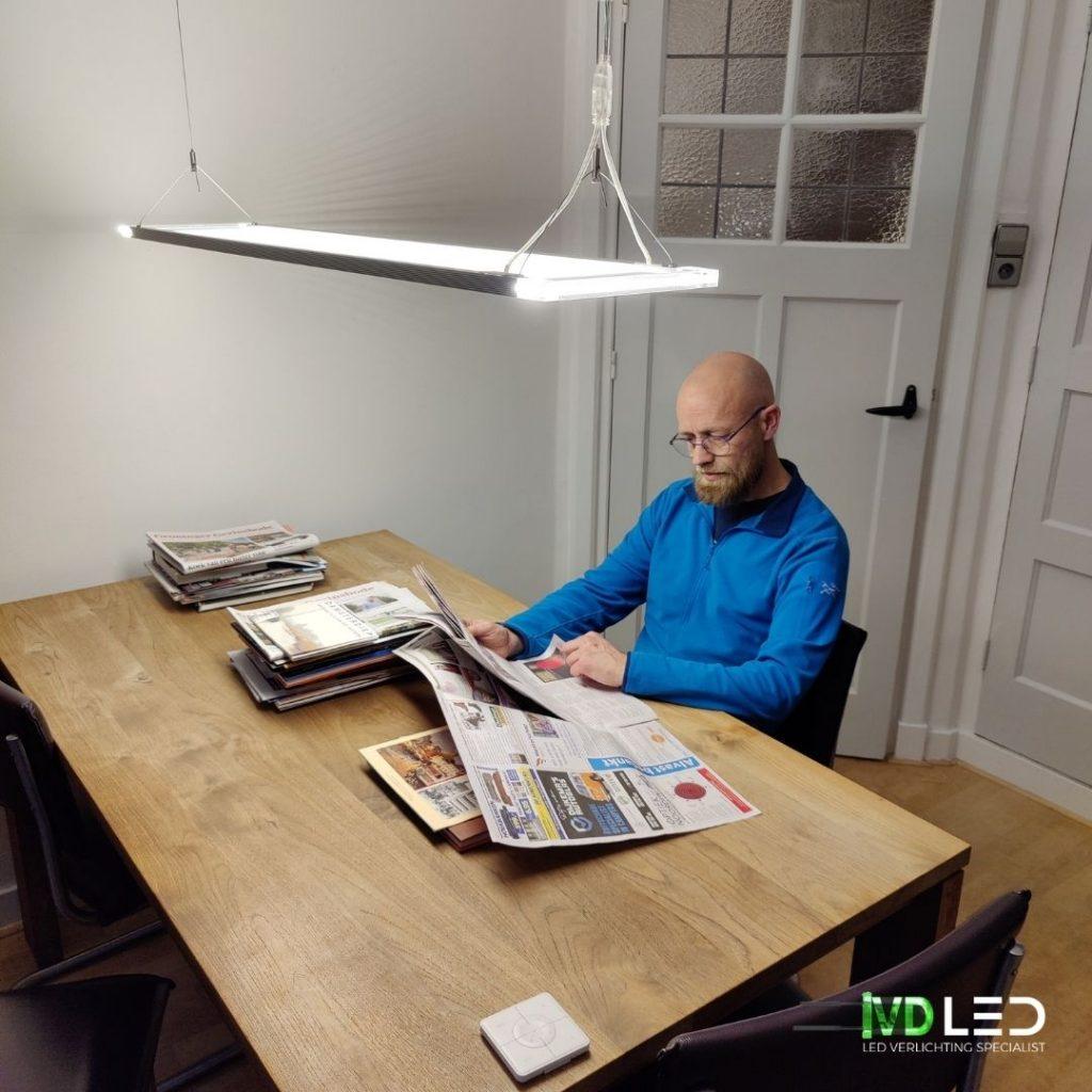 Wachtruimte met leestafel en stoelen. Verlichting met LED panelen van 120x30 cm. Met directe en indirecte lichtverdeling, waardoor comfort en efficiëntie worden gecombineerd