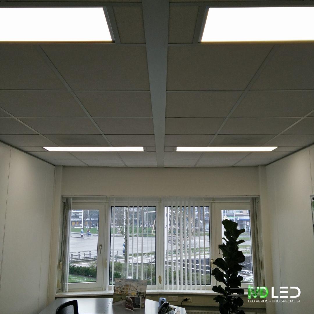 Kantoorruimte waar de oude TL lampen zijn vervangen door nieuwe LED panelen van 120x30cm