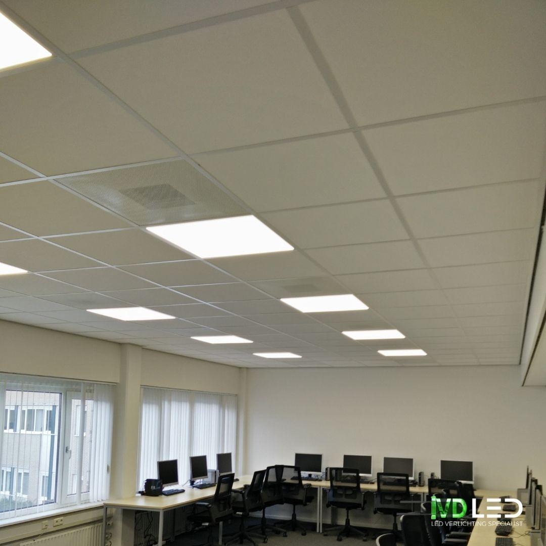 Trainingsruimte met tafels langs de wand voorzien van pc's. De ruimte is verlicht met LED panelen van 60x60cm