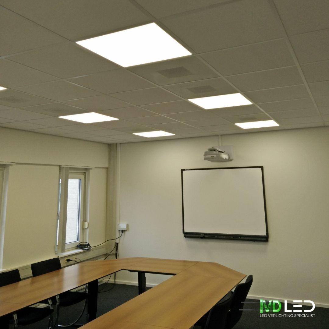 Trainingsruimte met ovaalvormige tafel. De ruimte is verlicht met LED panelen van 60x60cm