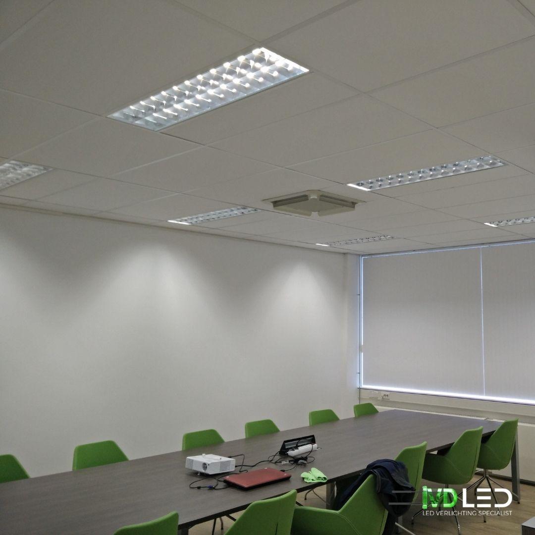 LED buizen geplaatst in bestaande armaturen om de vergaderruimte te verlichting