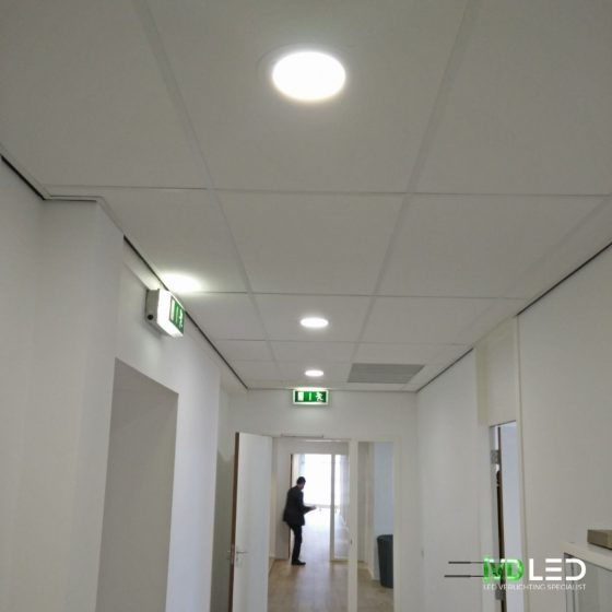 Gang verlicht met LED downlights