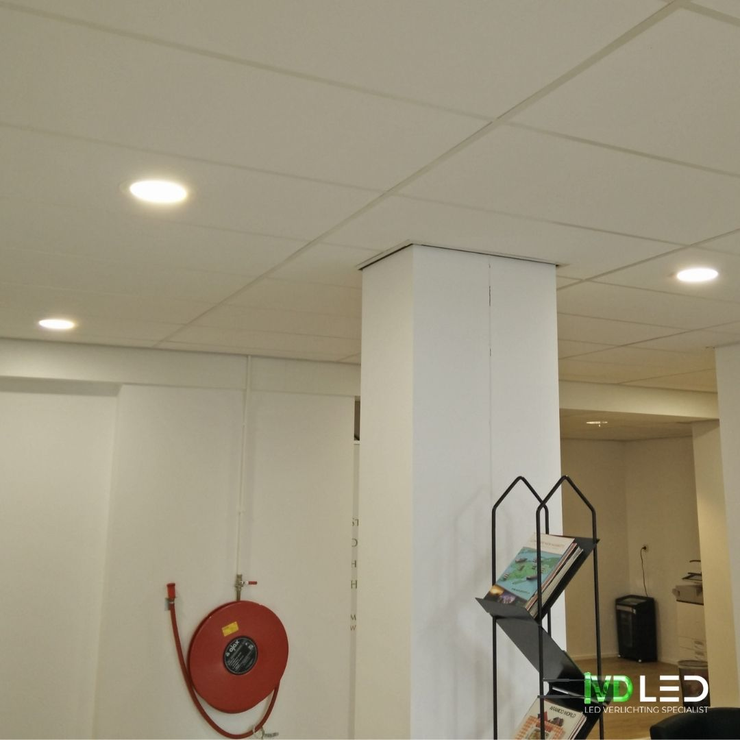 Gang verlicht met LED downlights