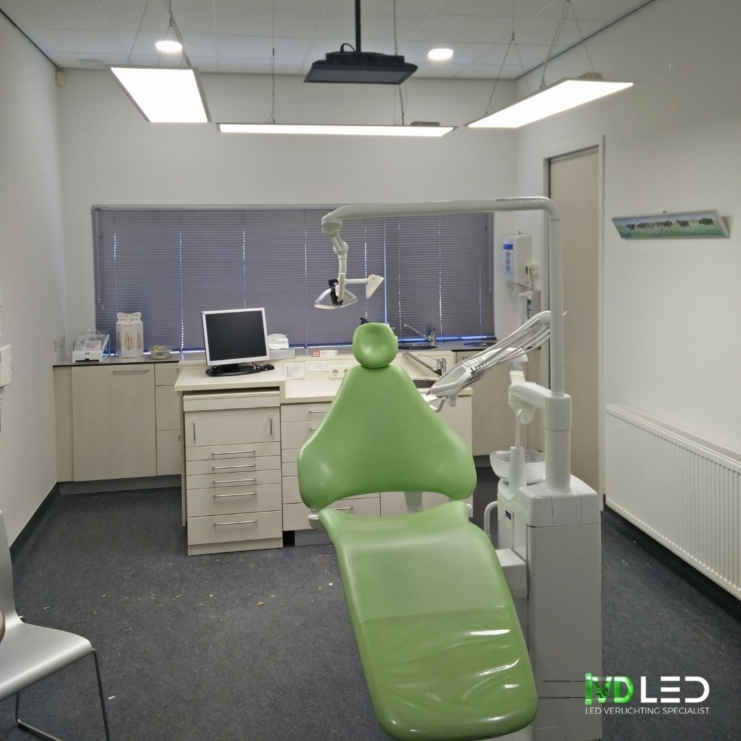 Behandelkamer bij de tandarts. De LED panelen zijn gependeld om de stoel in een U-vorm.