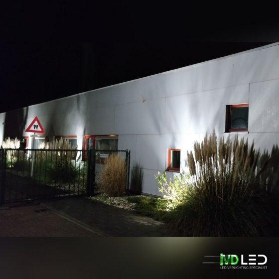 Tandartsenpraktijk aan de buitenkant verlichting met LED verlichting vanuit de grond