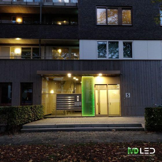 Entree appartementencomplex is verlicht met LED verlichting zowel binnen als buiten. Hier is gebruik gemaakt van inbouw LED Downlights
