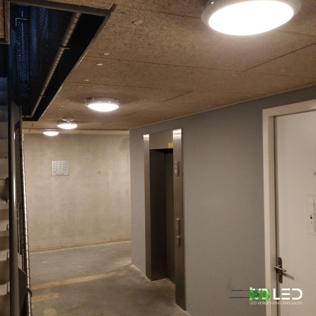 Gang naar de parkeergarage is LED lampen verlicht en noodverlichting ineen