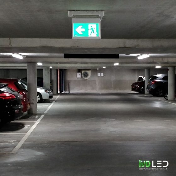 Parkeergarage met noodverlichting vluchtweg aanduiding met nieuwe model pictogram.