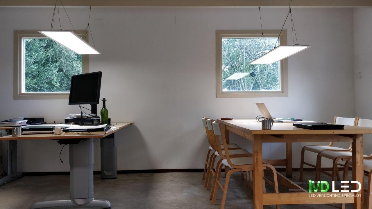 Kantoorruimte met bureau en vergadertafel waar de oude TL lampen zijn vervangen door nieuwe LED panelen van 120x30cm