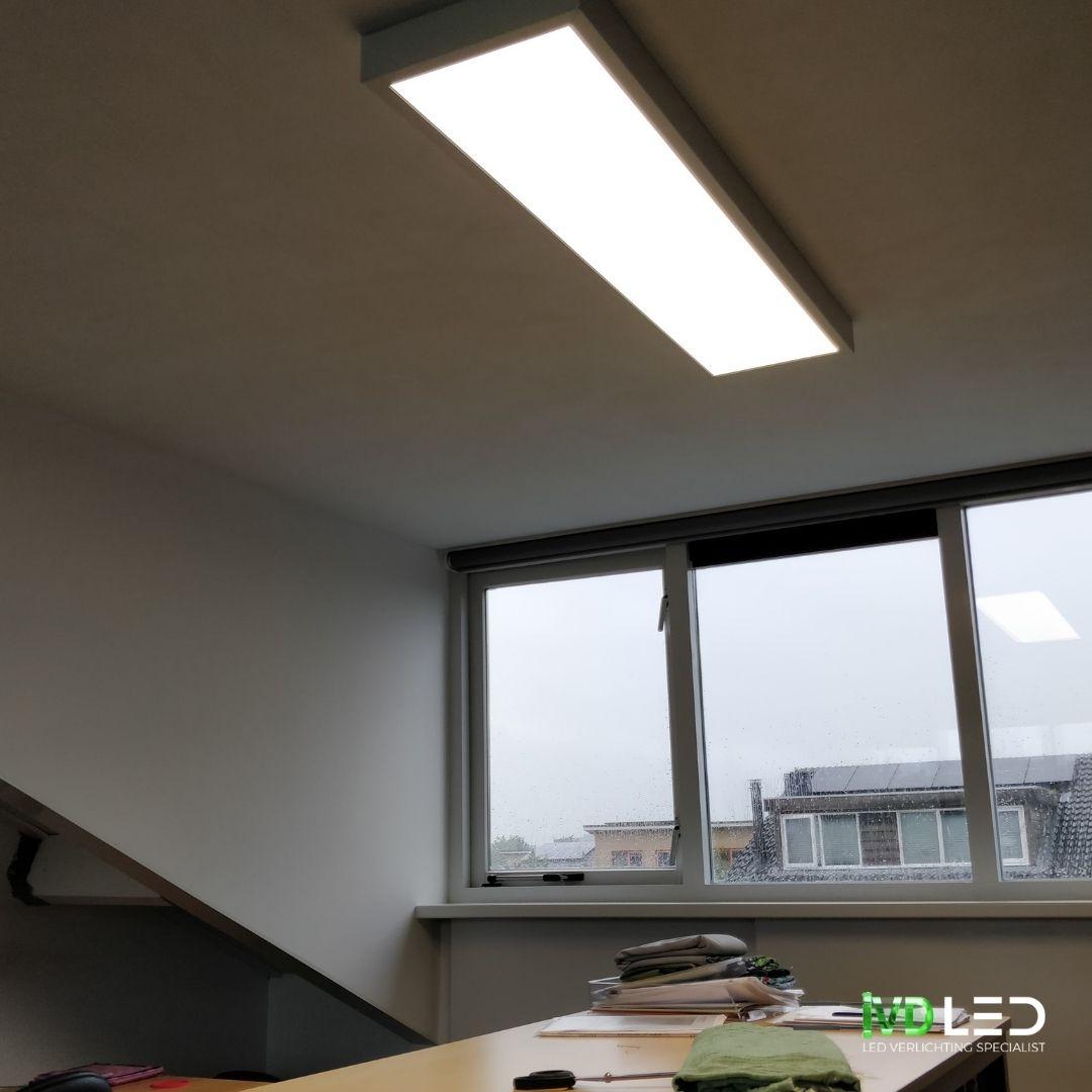 LED paneel met opbouw armatuur van 120x30cm voor de verlichting van het Atelier met de kniptafel